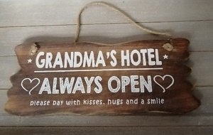 Grandma's hotel always open (houten bord)