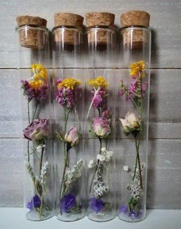 Droogbloemen in een glazen buisje