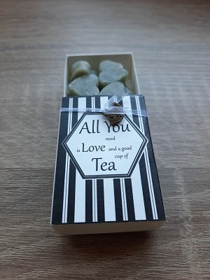 All you need is love and a good cup of tea (doosje met zeepjes)