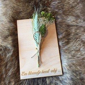 Wenskaart (van hout) Een bloemetje hoort erbij ...