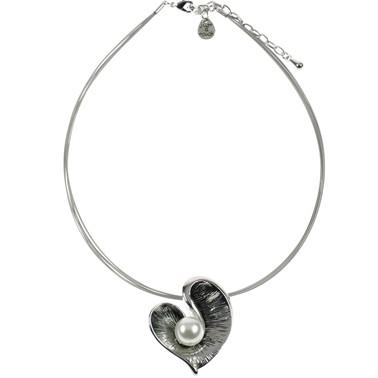 Metalen ketting met hartvorm en parel