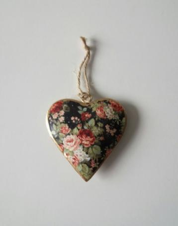 Metalen hart met bloemen