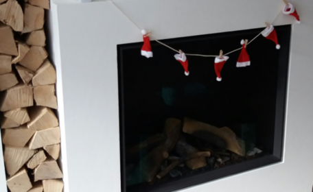 Waslijn met knijpers en kerstmutsen