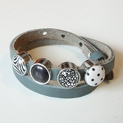 Grijze lederen armband met vier schuivers